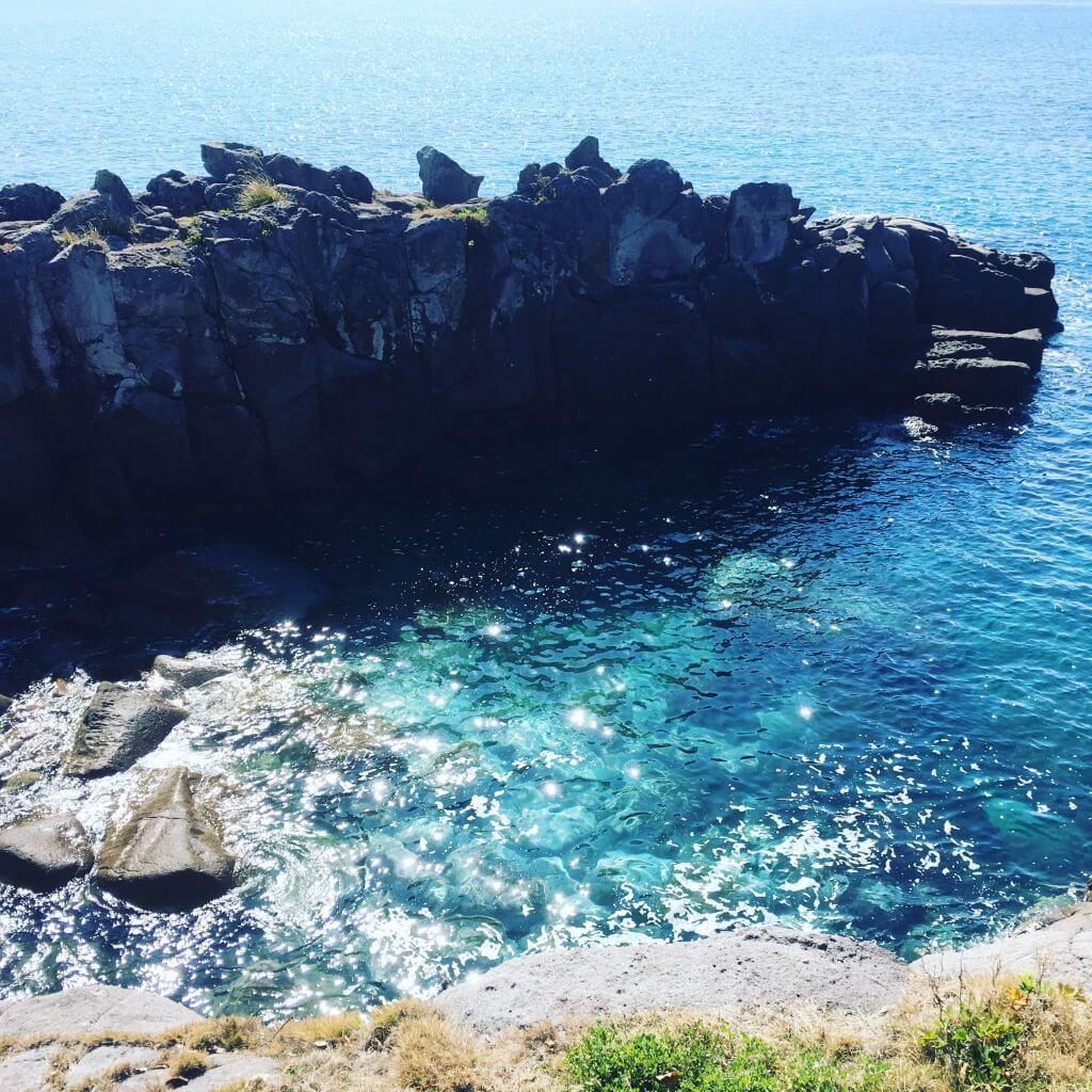 """神話伝承の地に絶景温泉 静かに佇む""""海景色と一体""""に"""